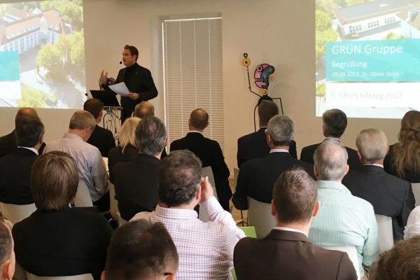 Oliver Grün begrüßt die Teilnehmer des 9. GRÜN Infotages im Innovation Center der GRÜN Software AG.