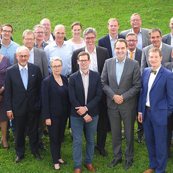 23 Gründungsmitglieder des Vereins digitalHUB Aachen im Park des GRÜN Headquarters
