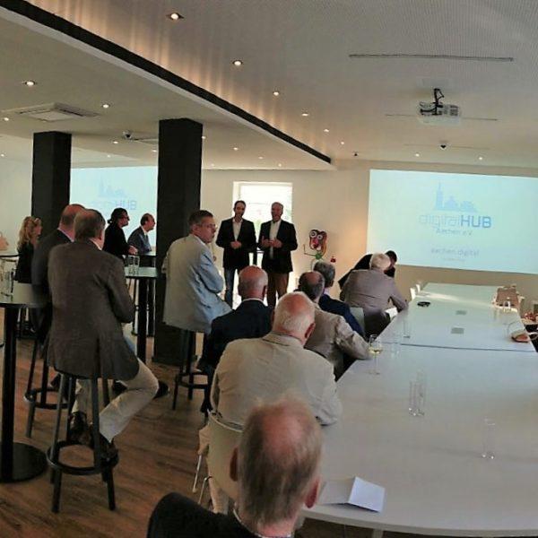 Der digitalHUB Aachen e.V. stellt sich dem #Business Club Maastricht Aachen vor.
